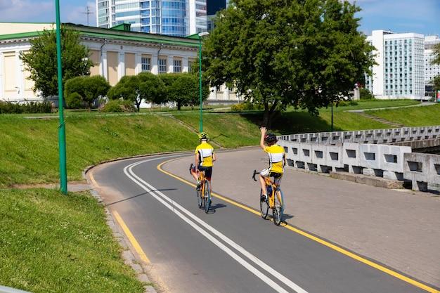 자전거를 타는 사람들과 자전거 경로. 스포츠 개발 개념.