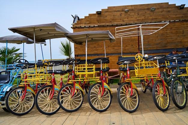 堤防沿いのサイクリング用の自転車レンタル。家族全員で駐輪できます。