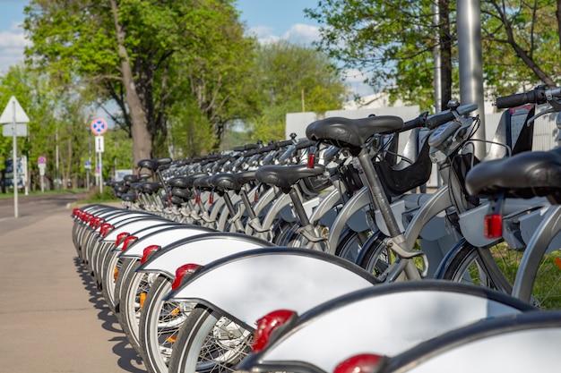 Станция проката велосипедов на городской улице.
