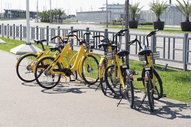 거리에 자전거 대여소입니다. 도시 교통