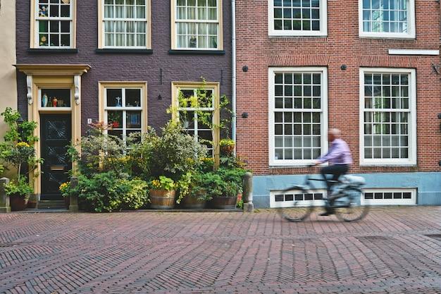자전거에 자전거 라이더 자전거 타는 사람은 델의 거리에서 네덜란드에서 transoirt의 매우 인기있는 수단입니다.