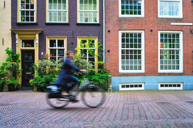 델의 거리에서 네덜란드의 대중 교통 수단으로 자전거를 탄 자전거 라이더 사이클 남자