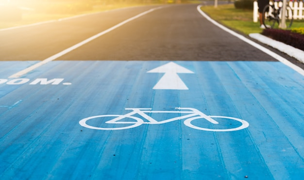 자전거 도로 표지판 및 자전거 차선에 화살표