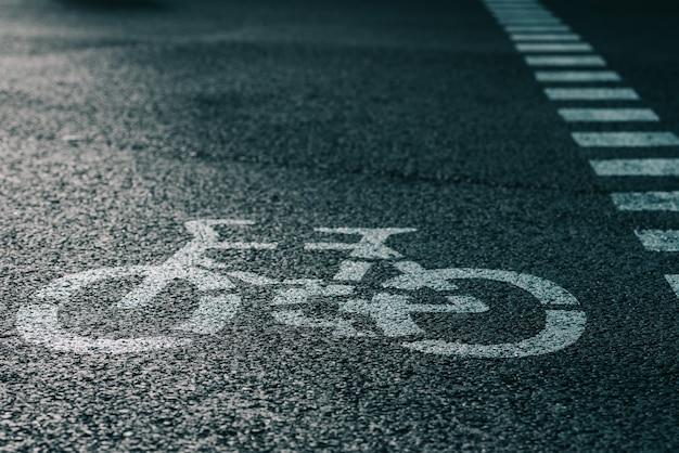 아스팔트 거리에 자전거 도로 표지판