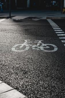 路上の自転車道路標識