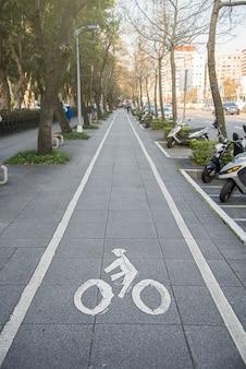 Велосипедная вывеска, велосипедная дорожка в городе