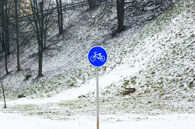 Знак велосипедов зимой. пейзаж снег на траве