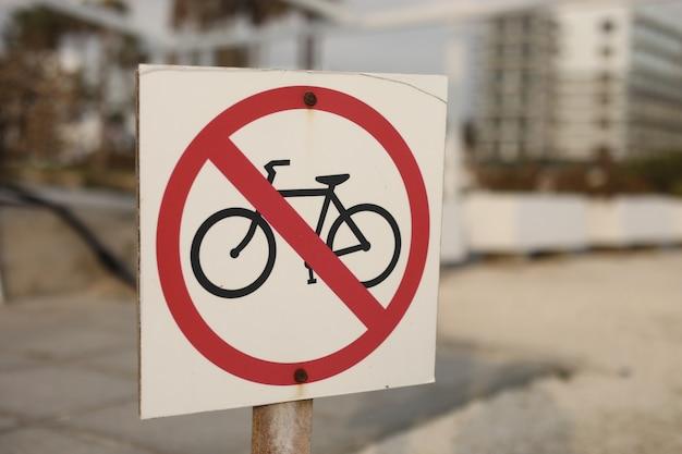 市内では自転車の看板は禁止されています。交通標識は自転車なし。サイクリストのアイコンと記号を停止または禁止します。