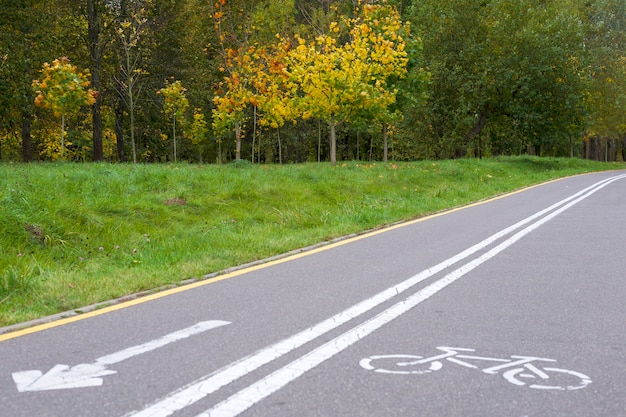 Знаки велосипедов на велосипедной дорожке в городском парке.