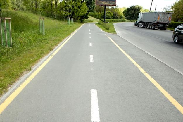 Велосипедные знаки на велосипедной дорожке в городе.