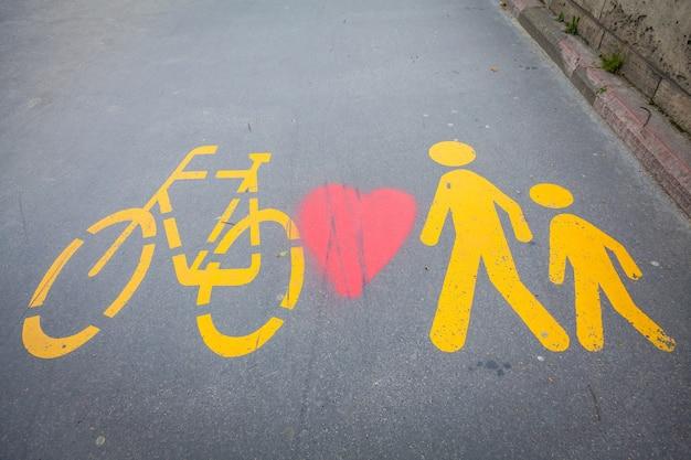 헝가리 부카레스트의 전용 거리에 그려진 자전거 표지판