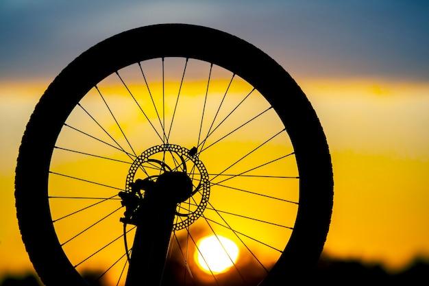 日没時の自転車のシルエット