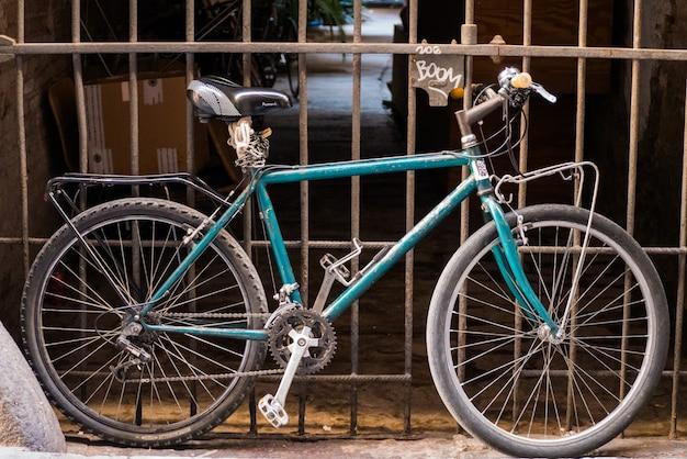 門前に立つ自転車。