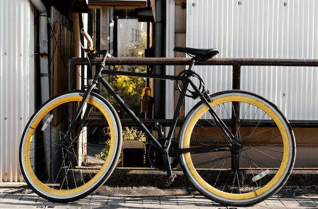 屋外で大きな車輪のある自転車