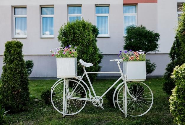 야외에서 꽃 바구니와 함께 자전거입니다. 레트로 고풍스러운 스타일