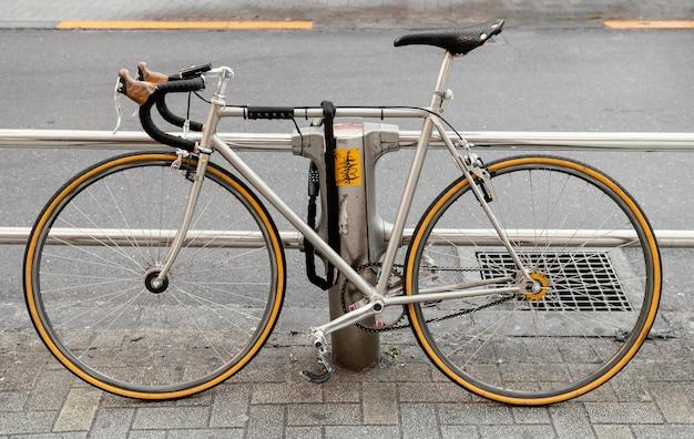 Велосипед с желтыми колесами на открытом воздухе