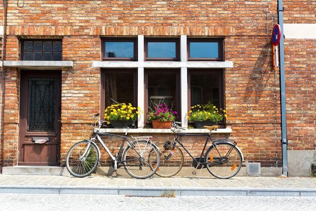 Велосипеды у фасада старинного здания, старого провинциального европейского городка.
