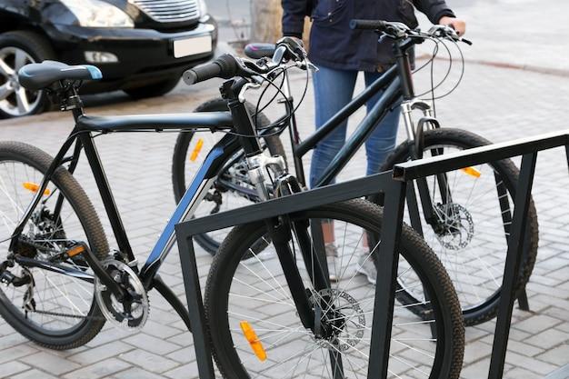Велосипеды на стоянках на открытом воздухе