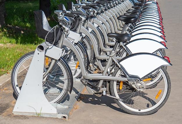 駐輪場の自転車。サイクリング開発のコンセプト。