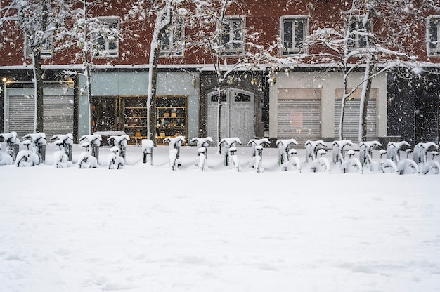 雪に覆われたマドリードの通りの自転車。 borrasca filomena.madrid.spain