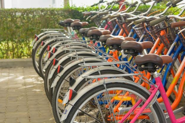 Велосипеды, выстроенные в ряд в велосипедном парке