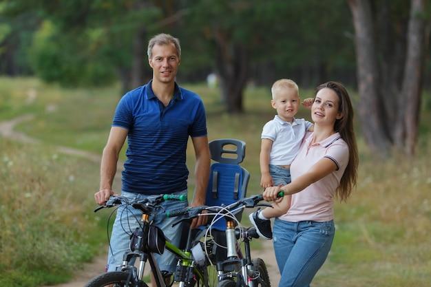 自転車の家族、松林でのんびり