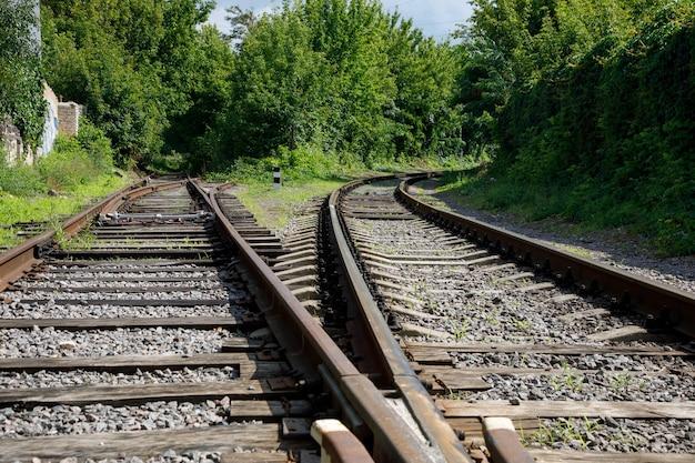 線路の分岐点さびた線路と腐った木製の寝台車