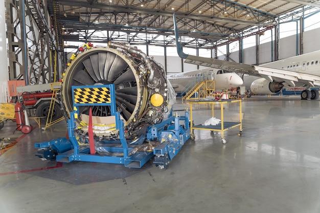 オーバーホール中の格納庫にある大型航空機タービン