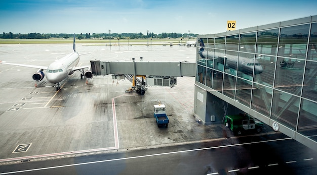 Большой авиалайнер припаркован рядом с выходом на посадку в терминале аэропорта