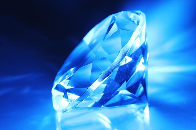 Большой и красивый драгоценный камень