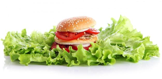 大きくておいしいハンバーガーとレタスの葉