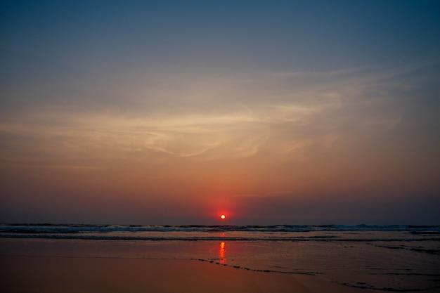素敵な海に沈む美しい妖艶な夕日