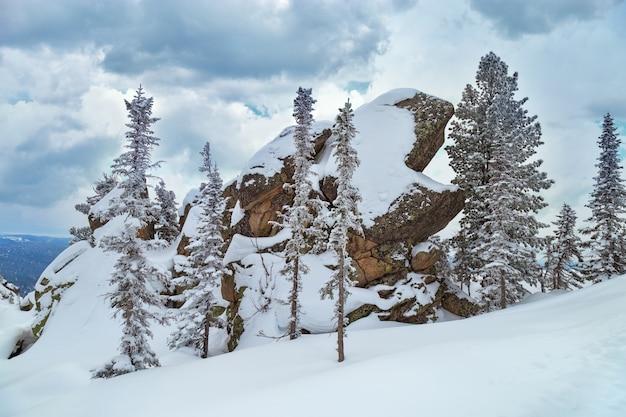 Большой красивый камень на вершине горы утуя.