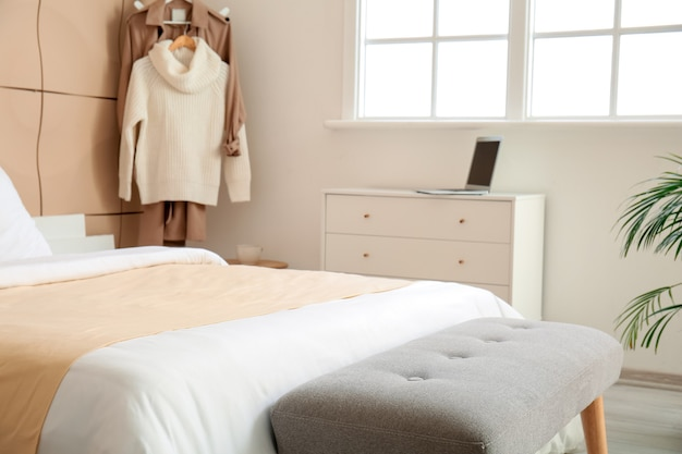 モダンな部屋のインテリアに大きなベッドとベンチ