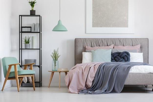 Большая кровать с милым постельным бельем в пастельных тонах в женской комнате