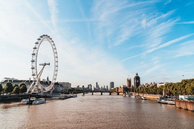 Биг бен и вестминстерский мост в лондоне, великобритания