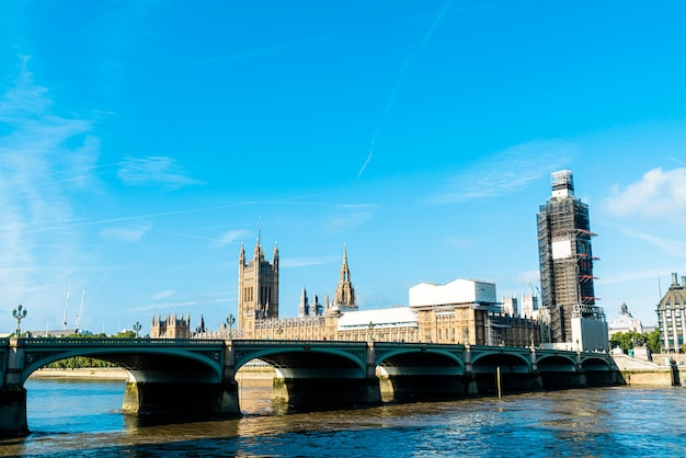 英国、ロンドンのテムズ川とビッグベンとウェストミンスターブリッジ