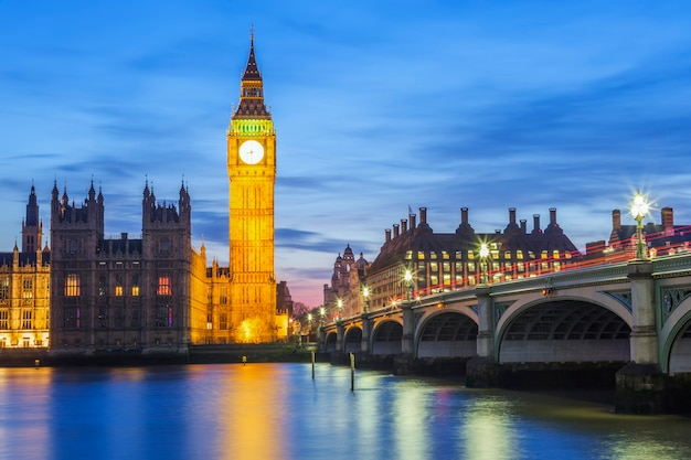 Big ben e house of parliament di notte, londra, regno unito