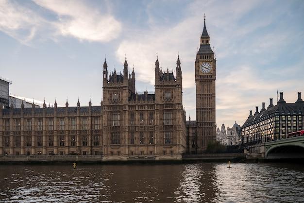 Биг бен в лондоне от реки темзы.