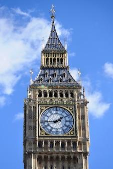 Биг бен в лондоне с голубым фоном неба