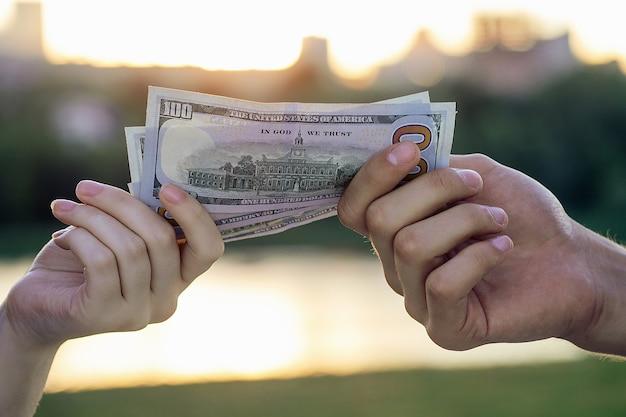 Большая банкнота в белых руках