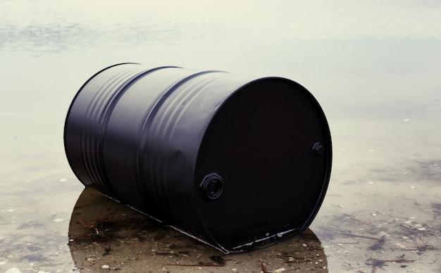 ビーチの大きな黒い樽