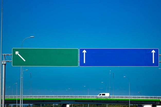 グラデーションの青い空と大きな空白の高速道路標識。