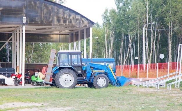 큰 파란색 농업 트랙터 배경