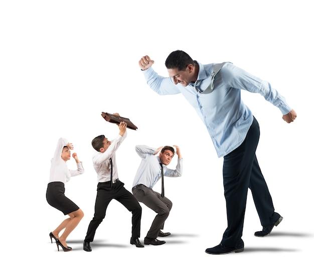 ビッグボスの脅威と威圧的な小さな従業員