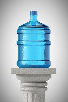 Большая бутылка воды над каменной классической греческой колонной на сером фоне