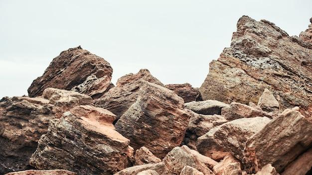 해변 자연 풍경 하늘과 바위에 큰 바위
