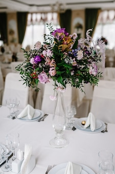 신선한 분홍색, 파란색, 흰색 꽃과 꽃병에 녹지의 큰 꽃다발. 웨딩 꽃, 신부 부케 근접 촬영. 테이블, 빈티지 스타일 장식. 장식 개체.