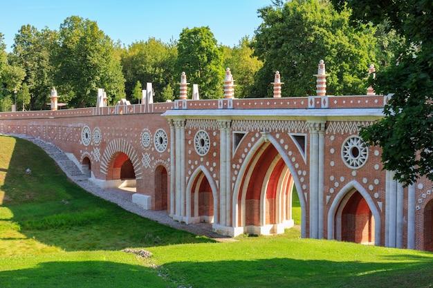 모스크바에있는 tsaritsyno 공원에있는 계곡 위에 큰 다리
