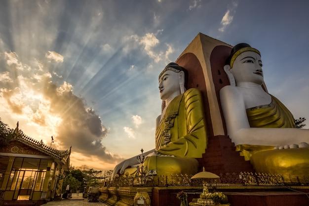 ミャンマーの大きな仏陀